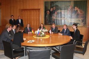 Pavel Sirotkin übersetzt konsekutiv ins Russische beim Besuch einer russischen Delegation beim Oberbürgermeister von Düsseldorf, Dirk Elbers