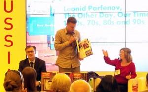 Alexandra dolmetscht konsekutiv ins Russische bei einem Auftritt des Authors Leonid Parfenov