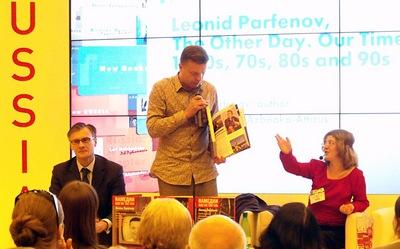 Александра Берлиа переводит выступление Леонида Парфёнова